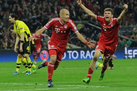 Arjen-Robben-celebrates-scoring-Bayerns-second-goal-with-German-midfielder-Thomas-Mueller-1912253