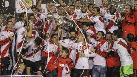 epa04873815 Players of River Plate of Argentina celebrate after winning the Copa Libertadores Cup after defeating Tigres of Mexico at a soccer match held in Buenos Aires, Argentina, 05 August 2015. EPA/David Fernández