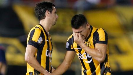 Rodrigo Lopez, left, and teammate Juan Patino, of Paraguay's Guarani, react after failing to classify for the next round, at the end of a Copa Libertadores soccer game with Ecuador's Independiente del Valle in Asuncion, Paraguay, Thursday, Feb. 11, 2016. (AP Photo/Jorge Saenz)