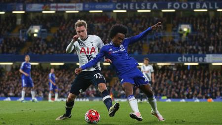 LONDON, ENGLAND - MAY 02 : Christian Eriksen of Tottenham Hotspur and Willian of Chelsea during the Barclays Premier League match between Chelsea and Tottenham Hotspur at Stamford Bridge on May 2, 2016 in London, England. (Photo by Catherine Ivill - AMA/Getty Images)
